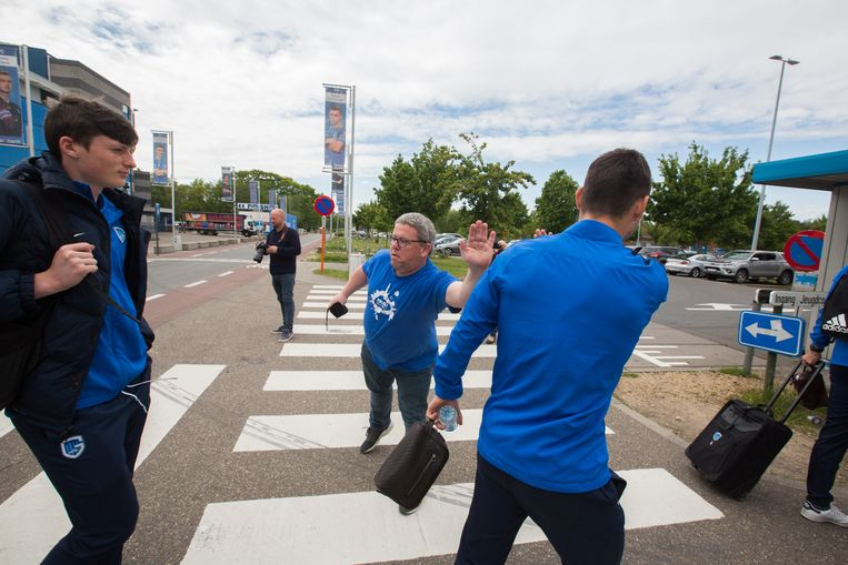 KRC Genk spelers vertrekken naar Anderlecht aan het stadion naar Genk .