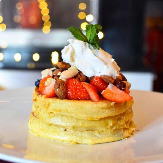 'Greek pancakes', met yoghurt, noten, aarbeien en honing.