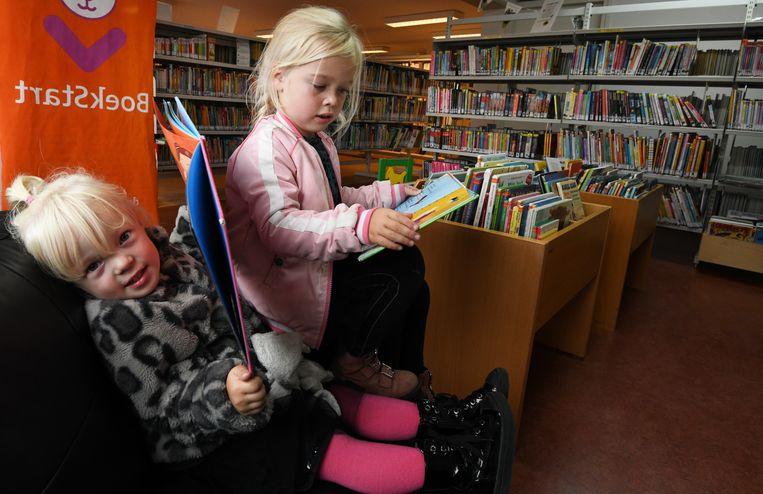 Kinderen in de met voortbestaan bedreigde bibliotheek Lienden.  Beeld William Hoogteyling / HH