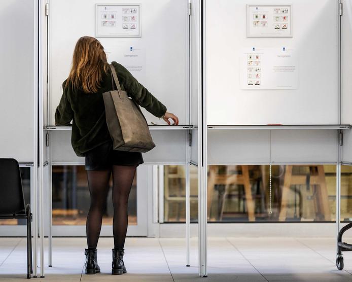 Een kiezer brengt een stem uit.