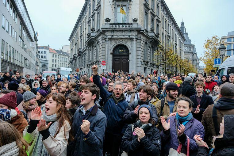 Zo'n 600 mensen uit de cultuursector trokken naar het Vlaams Parlement om te protesteren tegen de besparingsplannen.