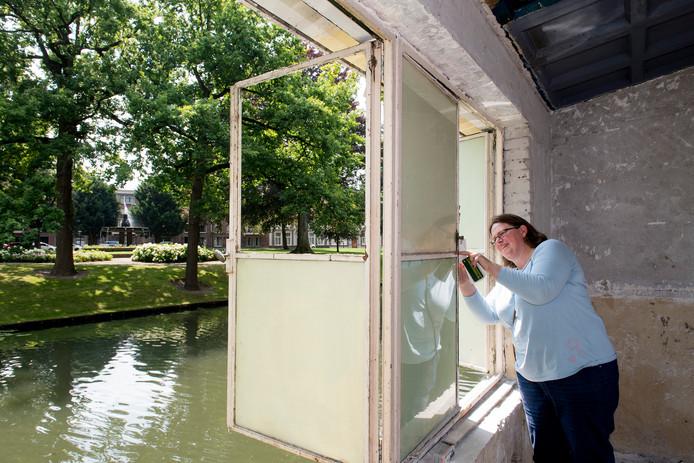 Monumentendeskundige Veronie Delmee van de gemeente Tiel tracht de oude kleuren te achterhalen in het kleine pandje langs de stadsgracht.