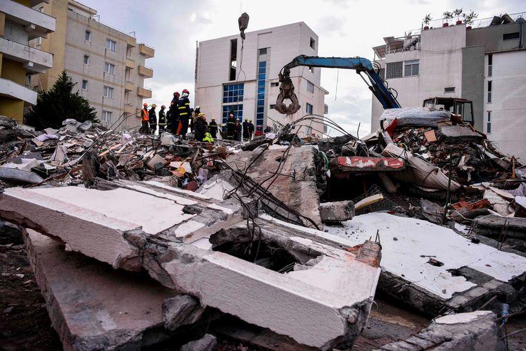 Reddingswerkers zoeken naar overlevenden tussen het puin van een ingestort gebouw.
