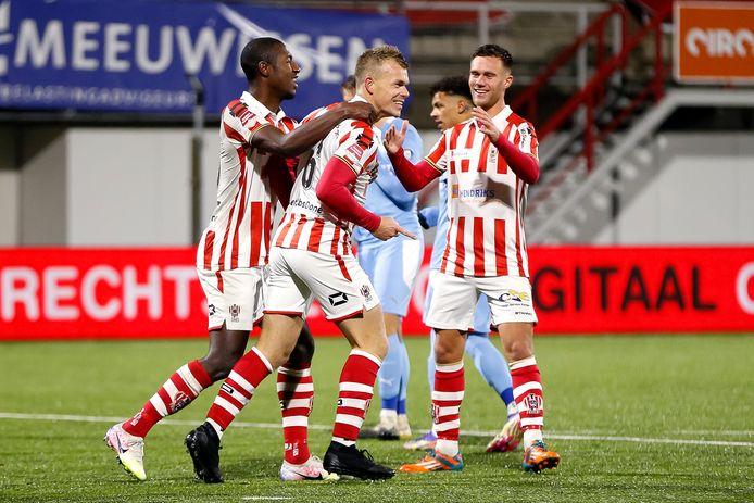 Lion Kaak (midden) viert feest met Kyvon Leidsman (links) en Dean Guezen nadat hij met een benutte strafschop TOP Oss op een 3-1 voorsprong heeft gezet.