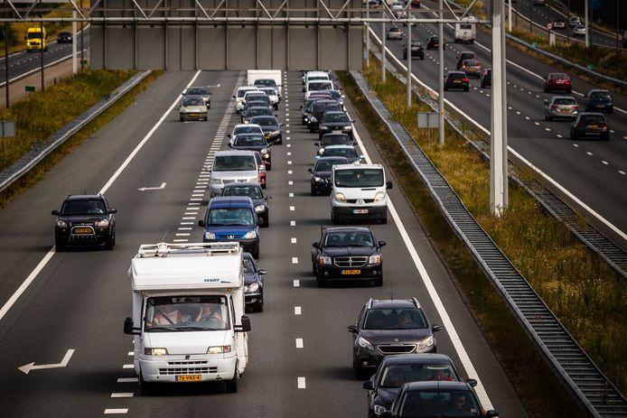 Vakantieverkeer richting de Belgische grens op de A67 bij Eindhoven.