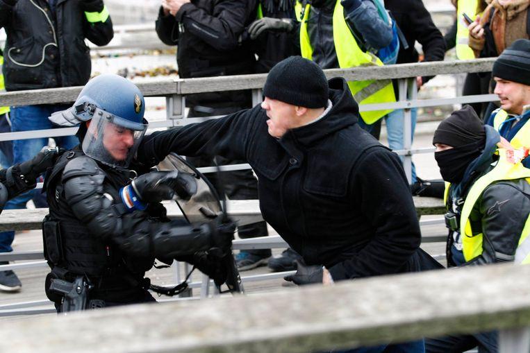 Christophe Dettinger, voormalig Frans bokskampioen, sloeg een politieagent met enkele rake klappen op het gezicht.