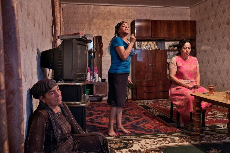 Op de vloer zit grootmoeder Dzhamja van de teruggekeerde meisjes Chadizhe en Sevil. Beeld Yuri Kozyrev / Noor