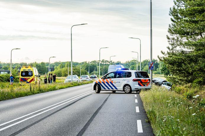 Handrem schiet tijdens rijden erop, auto belandt in greppel naast de Burgemeester Baron van Voorst tot Voorstweg.