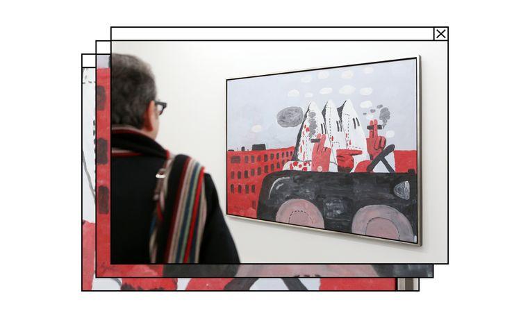 Een museumbezoeker bekijkt het schilderij Riding Around van de Amerikaanse kunstenaar Philip Guston, met daarop Ku Klux Klan-figuren. Beeld Bodo Marks