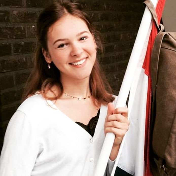 Norah Keuter (16) mocht vandaag zelf de vlag met bijbehorende schooltas ophangen, toen ze hoorde dat ze was geslaagd voor haar mavo-opleiding aan het Meander College in Zwolle 16 jaar. Aan de Cibap ICBD in Zwolle zet ze haar studerende leven voort.