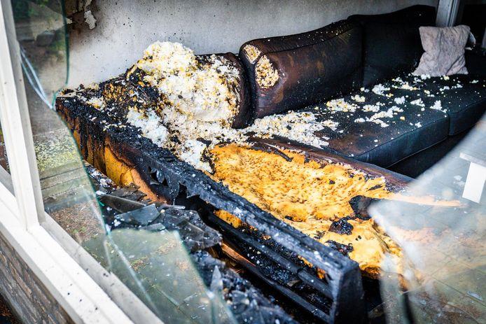 De bank in de woonkamer vloog in brand.