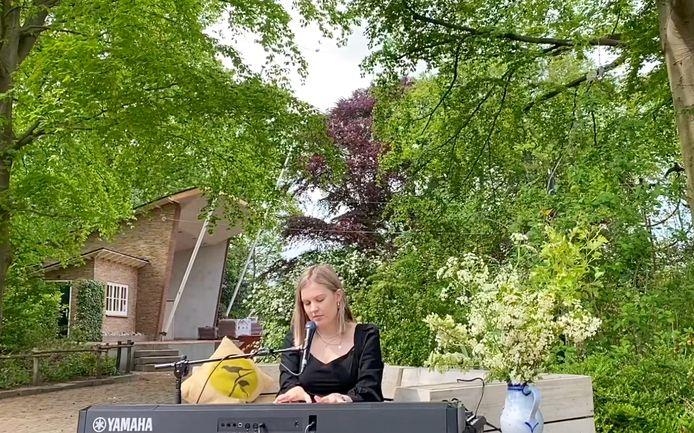 Het optreden van Emma Boertien, finaliste van The Voice Of Holland, op het 'Buitengwoon Podium' in het Openluchttheater Eibergen. Vanaf tweede pinksterdag is ook publiek welkom bij de concertreeks.