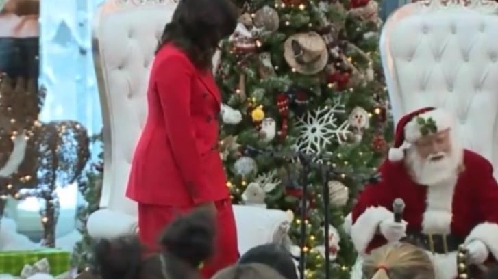 Michelle Obama danst met kerstman in kinderziekenhuis