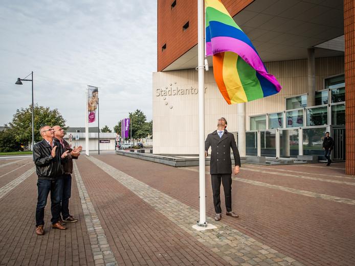 Wethouder Derk Alssema hijst de regenboogvlag bij het Goese stadskantoor.