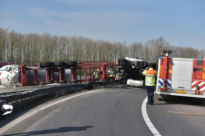 A59 dicht door gekantelde vrachtwagen: dieseltank lekt, traumaheli ter plekke