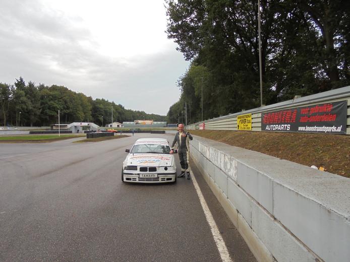 Allard Boes uit Vroomshoop bij zijn auto.