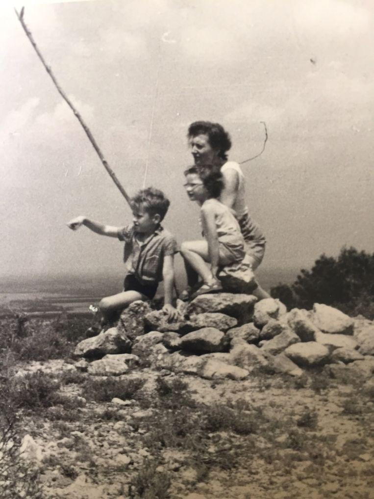 Tine Boeke met haar kinderen Joan en Saskia. Beeld Dana Ploeger