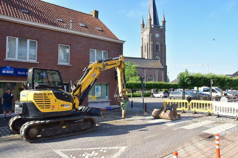 De straat werd opgebroken om het lek te vinden en daarna te herstellen.
