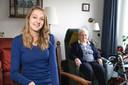 Yvonne Okkema op bezoek bij mevrouw Vosmeijer. Beiden wonen ze in Humanitas in Deventer.