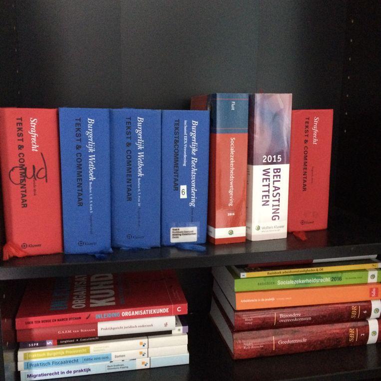 Wetboeken in de studio van Sven van der Meulen Beeld YouTuber Sven van der Meulen in zijn zelfgebouwde studio