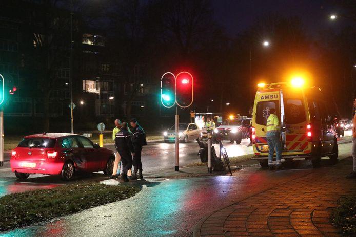 Een fietser raakte vanmorgen gewond bij een aanrijding met een auto op de kruising Sportlaan met de Laan van Spitsbergen.