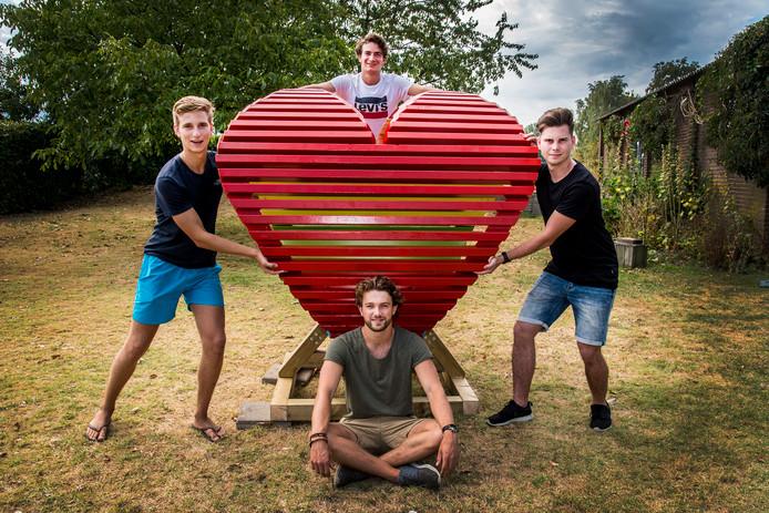 Vier vrienden in Overasselt hebben een kunstwerk gemaakt in de vorm van een Peace-teken en Hart tegelijk. Dit gaat vrijdag a.s. mee naar een festival in Budapest.
