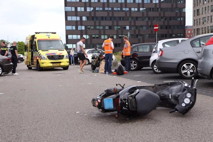 De scooterrijder raakte gewond en moest mee naar het ziekenhuis