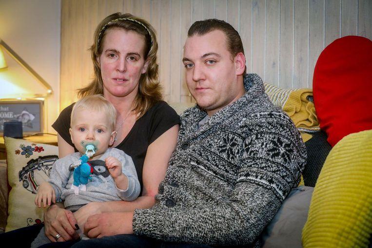 Stijn Van Hauwaert en Sandra Heyvaert met hun zoontje Adam (1), die lijdt aan het syndroom van Waardenburg. De jongen heeft opvallend blauwe kijkers een kenmerk van de ziekte.