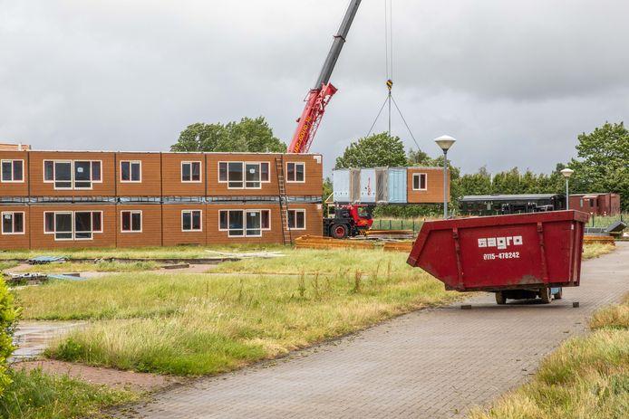 Een woning van het voormalige AZC hangt in de takels om op transport te worden gezet.