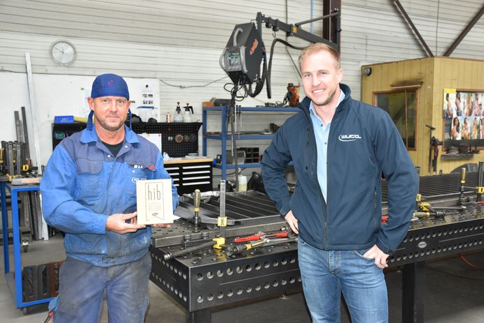 Cor (rechts) pronkt met zijn werknemers met zijn verkregen label