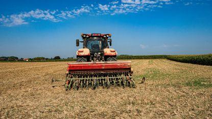 Pin van landbouwmachine komt terecht in onderbeen van landbouwer