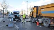 Bestelwagen wijkt af, chauffeur zwaargewond