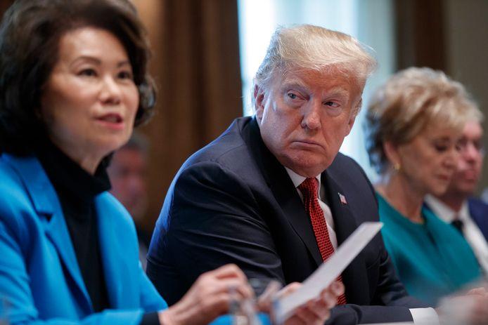 Elaine Chao als minister van Transport naast Donald Trump (foto uit 2018)