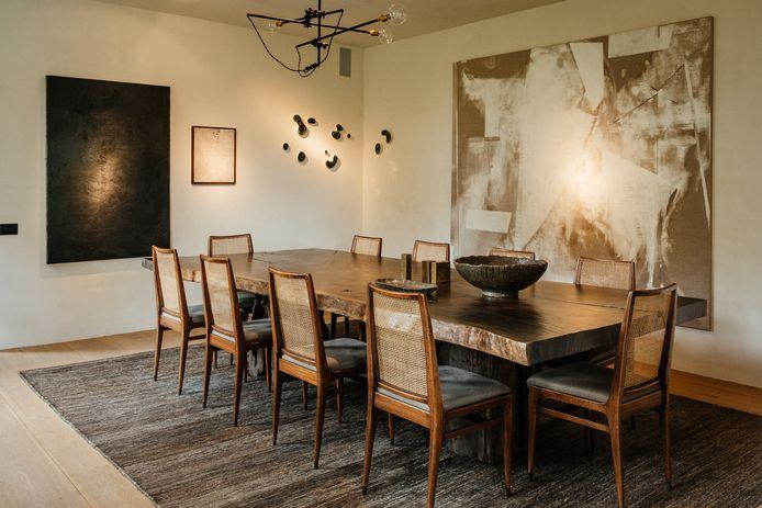 De meubels en kunstwerken zijn een gewaagde, maar geslaagde mix van stijlen uit verschillende periodes.