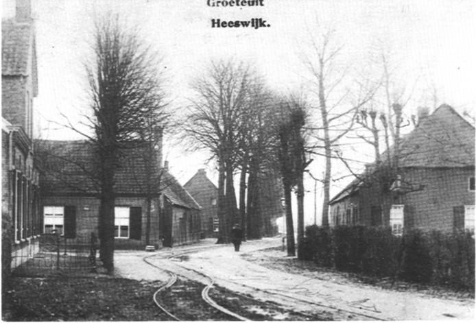 Tramrails in Heeswijk, waar nu de T-kruising van Hoofdstraat en Abdijstraat is.