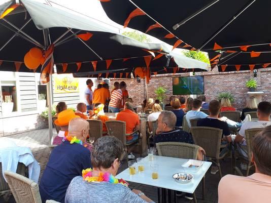 Toeschouwers van de finale WK voetbal voor vrouwen, op het terras van café Kerkzicht in Riel.