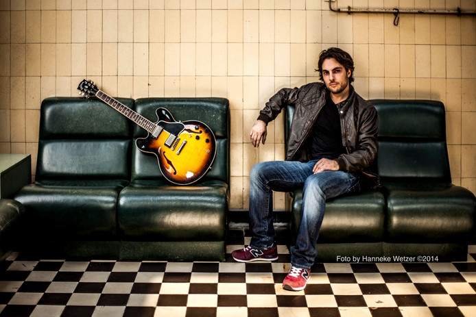 Gitarist Thomas Martens, oprichter van muziekschool Muziekfabriek Eindhoven.
