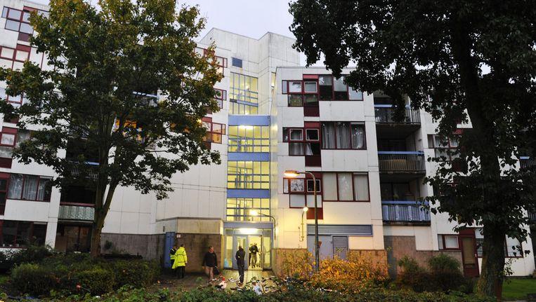 Medewerkers van Bouw-en Woning-toezicht houden in oktober 2012 de wacht bij het met asbest besmette pand. Beeld ANP