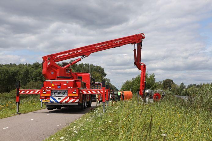 Auto te water bij kanaal bij Veghel.