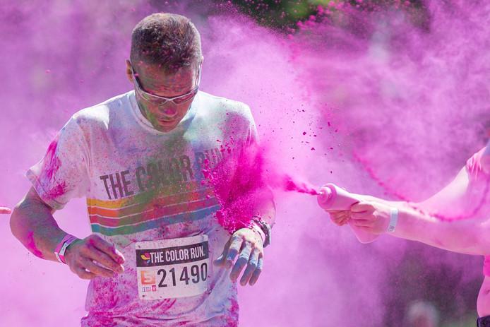Deelnemers aan evenementen zoals de The Color Run kunnen mogelijk last krijgen van luchtwegklachten en van oog- en huidirritatie. Dat blijkt uit een adviesrapport van het RIVM in Bilthoven.Foto: Pedro Sluiter