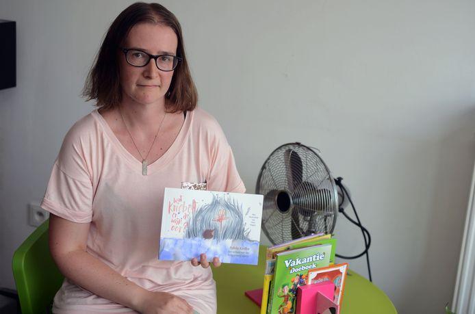 Sylvia Kieffer met haar nieuw boek: Wat kriebelt er in mijn oor?
