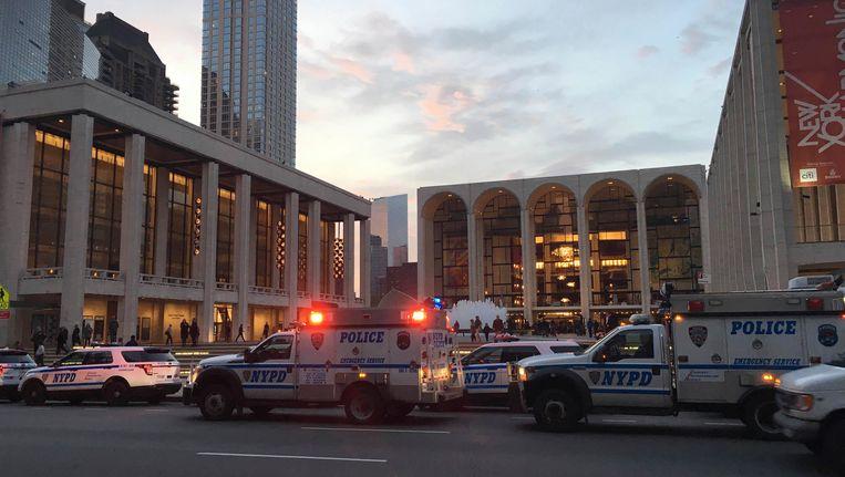 De politie bij het operagebouw in New York. Beeld AP