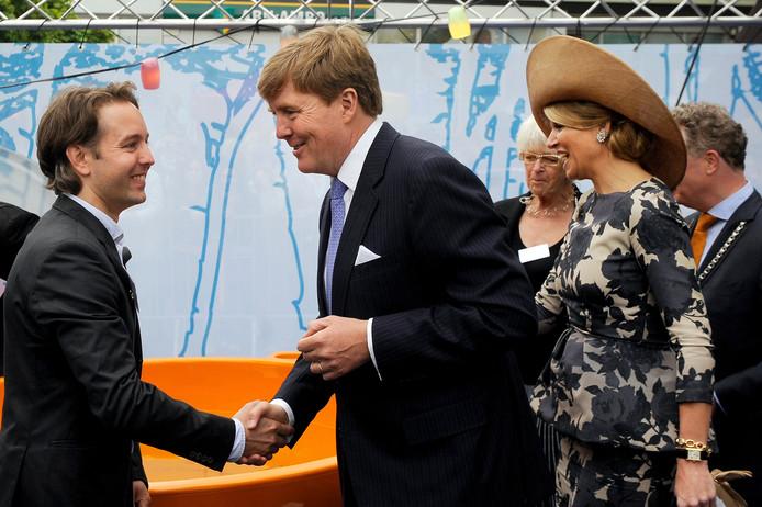 Willem-Alexander en Maxima in gesprek met de Oosterbeekse ontwerper Niels Roks.