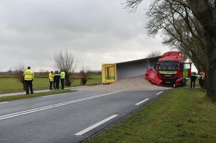 De vrachtwagen schaarde op de Zomerdijk bij Wanneperveen.
