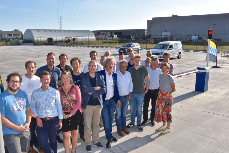 Het stadsbestuur en de bedrijfsleiders op de nieuwe vrachtwagenparking.