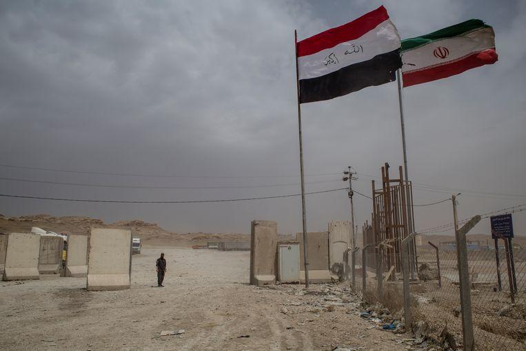 Aan de grensovergang met Iran bij het Iraakse Mandali. De slecht onderhouden weg zou het begin vormen van de landbrug naar Syrië. Beeld Hawre Khalid