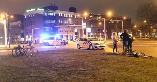 Zwaargewonde bij aanrijding politieauto met kinderen en volwassene in Apeldoorn.