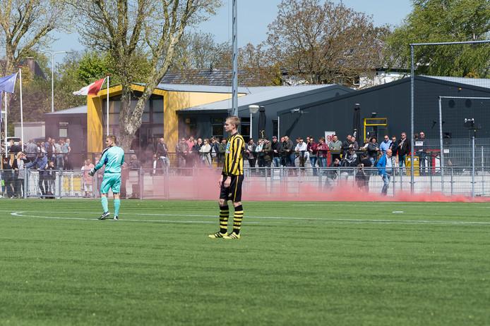 Rookgordijnen bij de wedstrijd tussen Haastrecht en Stolwijk. Archiefbeeld.