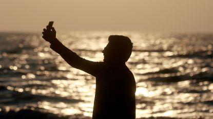 Toerist (24) schuift uit bij het nemen van selfie aan waterval in India en vecht nu voor zijn leven