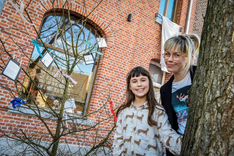 Liz Corthals schreef boodschappen voor in het boompje, dochter Sterre versierde het met kleurrijke linten.